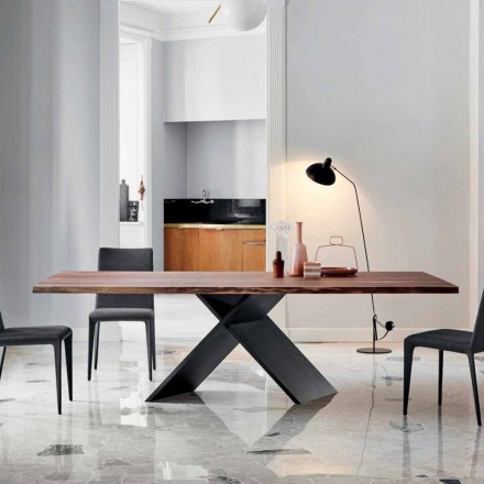 Mesa de jantar de madeira Bonaldo Axe com borda viva, fabricada na Itália
