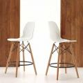 Banqueta design moderno Torretta, fabricada em madeira maciça e polipropileno
